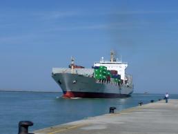 Una nave entra nel porto di Ravenna