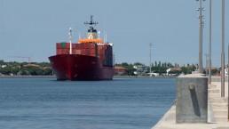 Una nave da container entra in porto