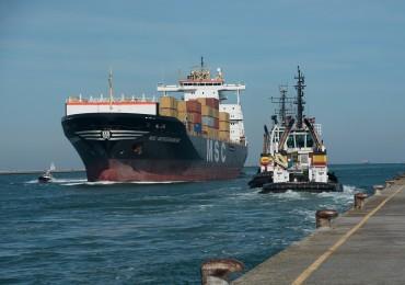 Una nave entra in porto a Ravenna (foto Jacopo Zaffarano)